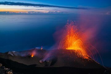 Typical moderate eruption from the NE cone. (Photo: Tom Pfeiffer)