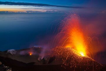 Soon after, a strong eruption occurs from the eastern vent. (Photo: Tom Pfeiffer)