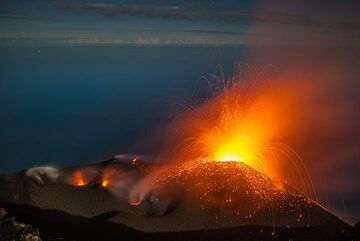 The spattering is interrupted from time to time by mild to moderate strombolian-type explosions. (Photo: Tom Pfeiffer)