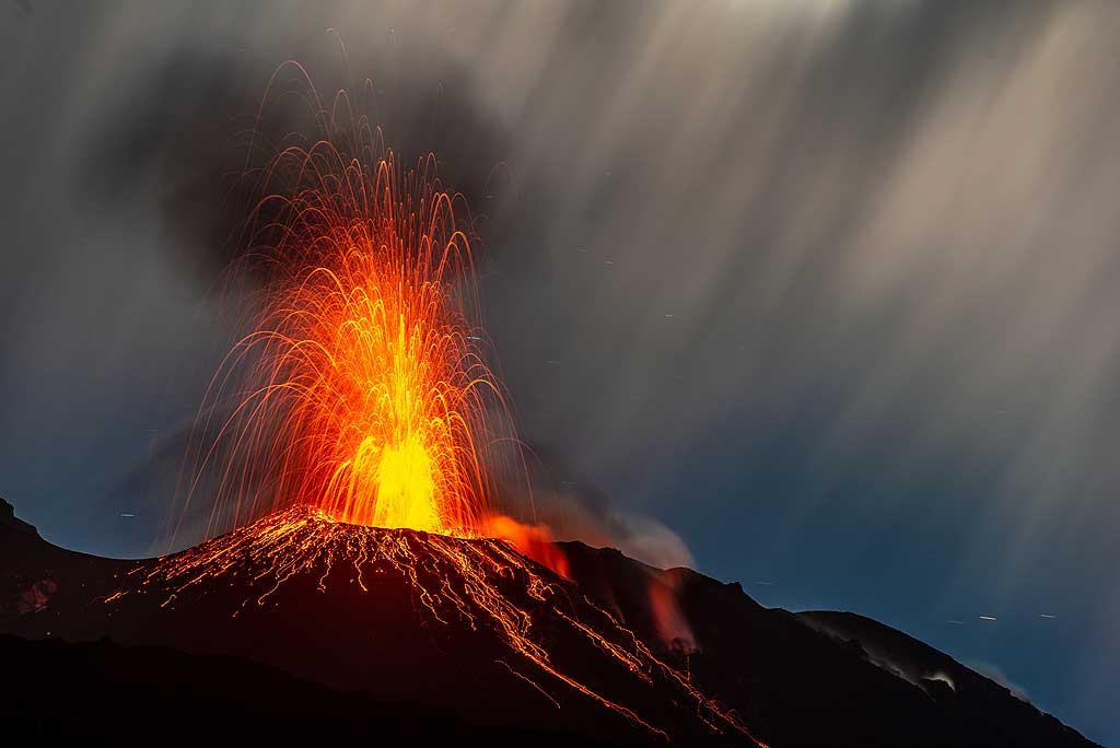 Eruption from the NE vent under full moon (Photo: Tom Pfeiffer)