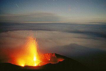 Ausbruch des Zentralkraters des Stromboli und der Schatten des Bergs im Vollmondlicht. (c)