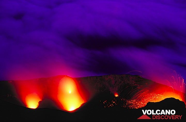 5 active vents inside Stromboli's crater complex. (Photo: Tom Pfeiffer)