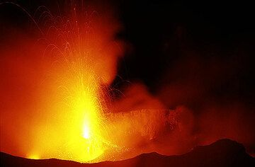 Strong eruption and illuminated fumes in the crater of Stromboli (Photo: Tom Pfeiffer)