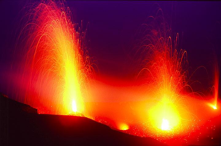Heftiger Ausbruch vom NW Krater, gleichzeitig mit einem vom Zentralkrater; mehrere andere Boccen sind am Glühen. Foto vom 28. Juni 2006.  (c)