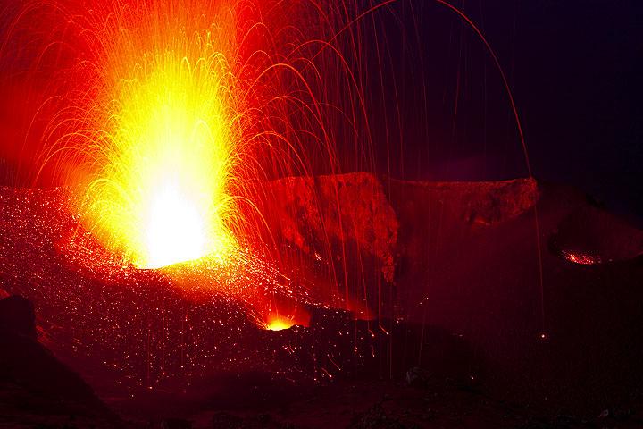 Ein heftiger Ausbruch des NW Kraters wirft Lavafetzen über die gesamte Kraterterasse. (Photo: Tom Pfeiffer)