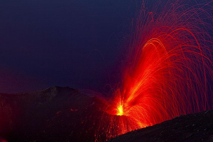 Ein aschereicher und daher dunkler erscheinender seitlich gerichteter Ausbruch vom NO Kegel.  (Photo: Tom Pfeiffer)
