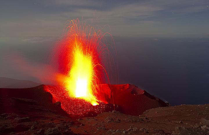 Ein starker Ausbruch des Westschlotes wirft glühende Bomben bis auf 200-250 Meter über die Krater. (Photo: Tom Pfeiffer)