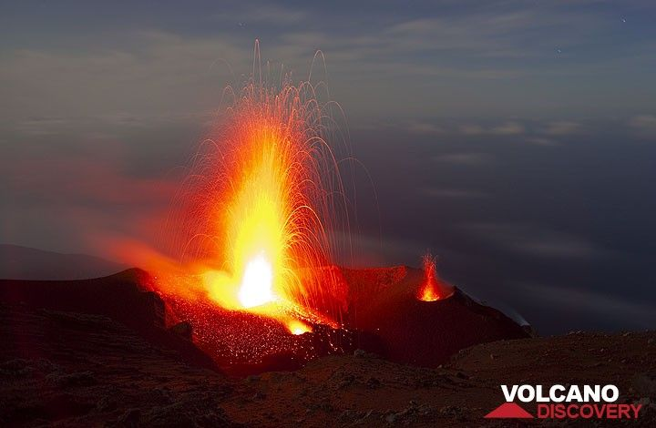 Strong eruption from NW vent and a small eruption from the NE vent (r). (Photo: Tom Pfeiffer)