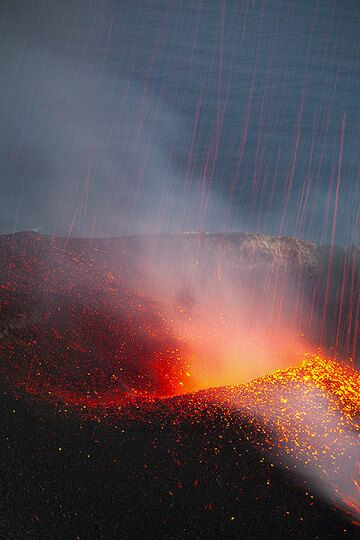 Lava rain (still glowing spatter fall back onto the crater after an eruption) (Photo: Tom Pfeiffer)
