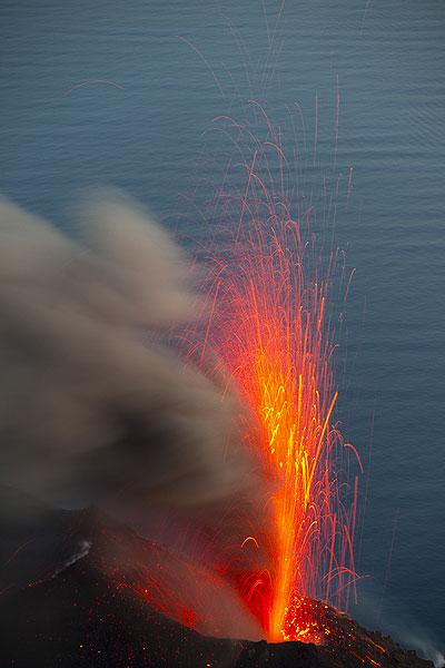 Aschereicher Ausbruch am NO Krater (Photo: Tom Pfeiffer)