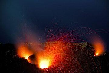 Ein heller Ausbruch am zentralen Schlot, Glühen am NO Kegel (r) und ein kleinerer Auswurf am NW Krater (l). (Photo: Tom Pfeiffer)