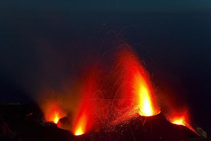 Ausbrüche an allen 4 aktiven Bocchen: ein kleiner Ausbruch am NW Krater (l), eine kerzenartige Fontäne am Zentralschlot (mitte) und Ausbrüche von Lava aus beiden Schloten des großen Nordostkegels. (Photo: Tom Pfeiffer)