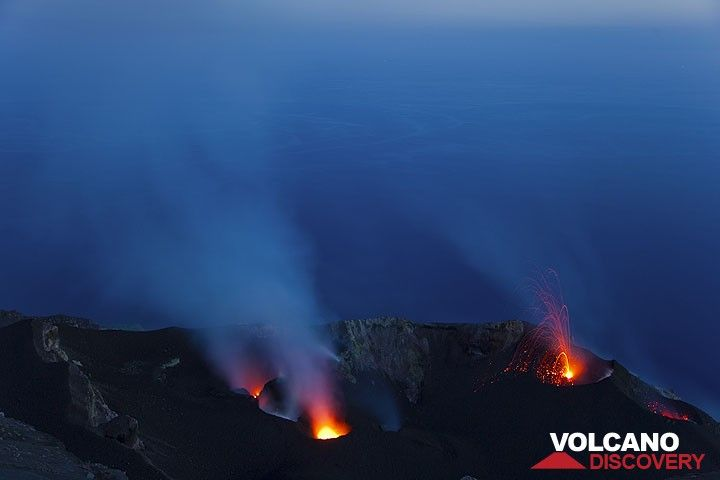 A small eruption from the NE crater. (Photo: Tom Pfeiffer)