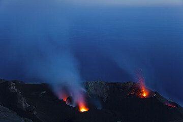 Ein kleiner Ausbruch vom NO Krater (Photo: Tom Pfeiffer)