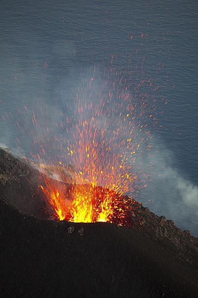 Symmetrischer Ausbruch am Nordostkegel (Photo: Tom Pfeiffer)