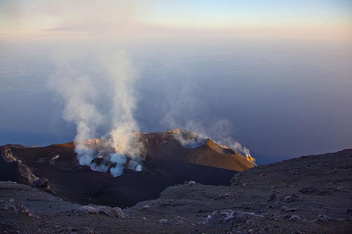 Die Morphologie der Kraterterrasse des Stromboli am 14. Juli 2009. Besonders markant ist rechts der Nordostkegel, der sich in den letzten Monaten gebildet hat. (Photo: Tom Pfeiffer)