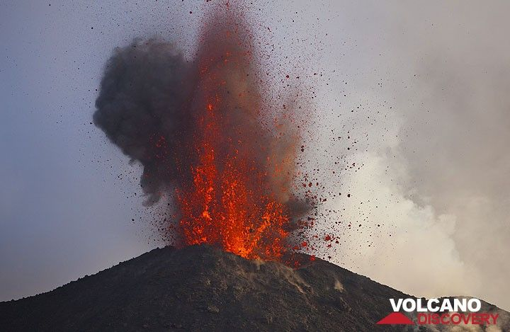 Une puissante explosion d'une bulle de magma grandes tiges hors du cratère NE. (Photo: Tom Pfeiffer)