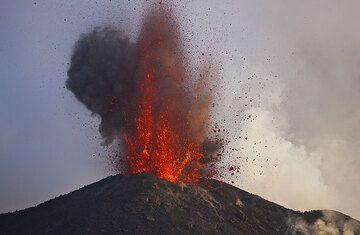 Die heftige Explosion einer riesigen Magma-Blase schießt aus dem NE-Krater. (Photo: Tom Pfeiffer)
