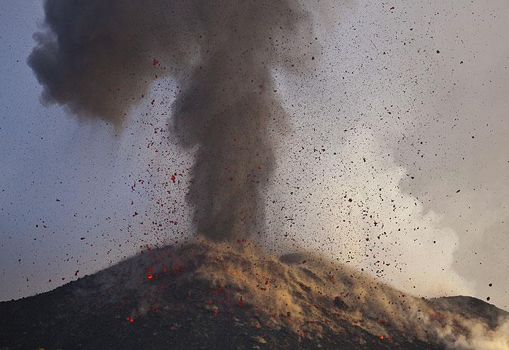 Die Aschenwolke aus der Eruption steigt vertikal während glühende Bomben auf die NE-Krater äußeren Flanke, nach unten Regen. (Photo: Tom Pfeiffer)