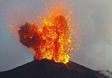 Als es dunkel wird, werden die Explosionen von flüssigem Magma aus Strombolis NE-Krater sehr beeindruckend. (Photo: Tom Pfeiffer)