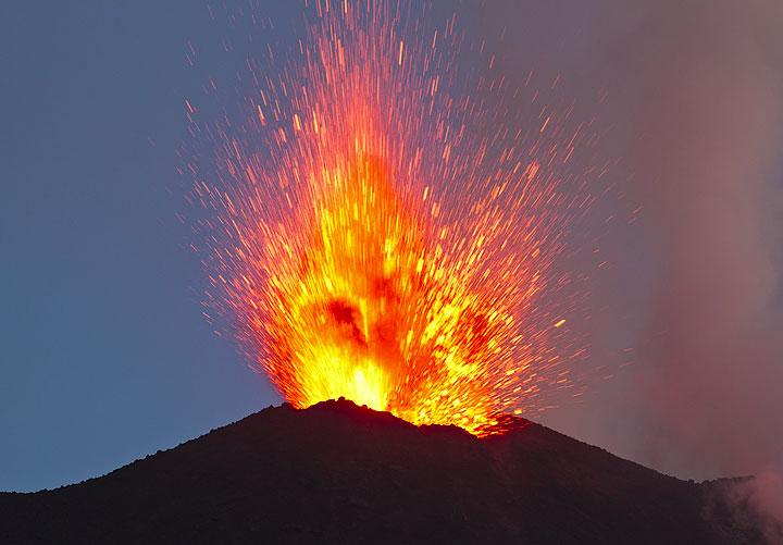 Explodierende Lava in der Dämmerung. Die Eruptionen werden begleitet von laut Detonationen. (Photo: Tom Pfeiffer)