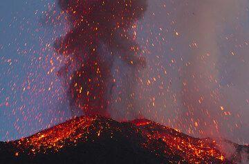 Glowing Bomben regen sich auf die SE-Krater in die Flanke. (Photo: Tom Pfeiffer)