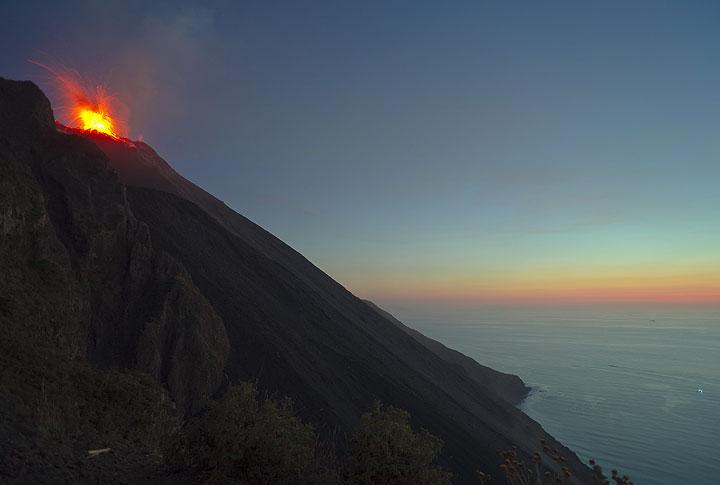 An eruption sends bombs towards Pizzo, while the last twilight illuminates the horizon. (Photo: Tom Pfeiffer)