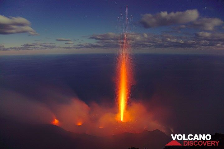 300 m tall, candle-like eruption from the central crater of Stromboli. (Photo: Tom Pfeiffer)