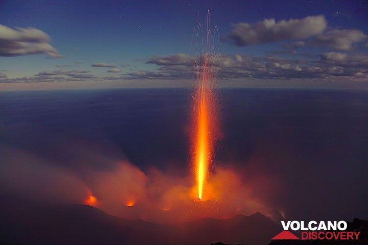 300 m hoher kerzenartiger Ausbruch vom Zentralkrater. (Photo: Tom Pfeiffer)