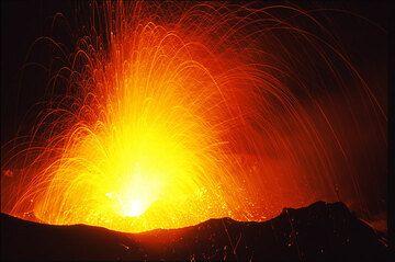 Powerful strombolian eruption at night (Stromboli) (Photo: Tom Pfeiffer)