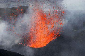 Explosion of liquid magma inside the crater of Stromboli (Photo: Tom Pfeiffer)