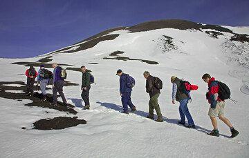 La primera mitad de la subida a Bocca Nuova es en el área relativamente plano alrededor del complejo de cumbre conocido como la caldera Piano (probablemente para... (c)
