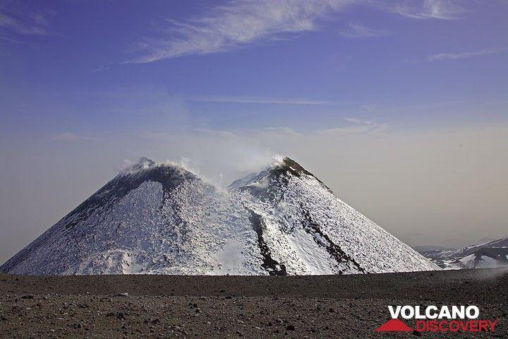 Auf dem Rundweg um die Zentralkrater passieren wir den steilen Kegel des Südostkraters im Norden. (Photo: Tom Pfeiffer)