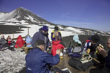Back at the end of the jeep road we join other tourists to enjoy the warm sun and have a snack for lunchtime. (c)