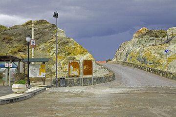 Die gelben Schwefelfelsen von Vulcano beim Hafen,- vor 100 Jahren wurde hier Schwefel abgebaut. Heute ist der Ort ziemlich leer. (Photo: Tom Pfeiffer)