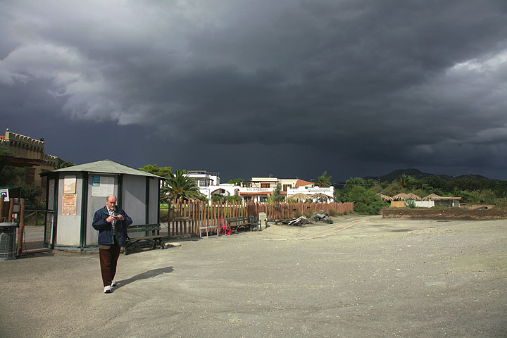 A dark cloud promises interesting weather conditions to come. (Photo: Tom Pfeiffer)