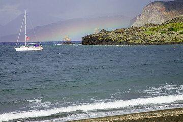 Ein weiterer Regenschauer zieht in der Nähe vorbei und grüßt uns mit einem Regenbogen. (Photo: Tom Pfeiffer)