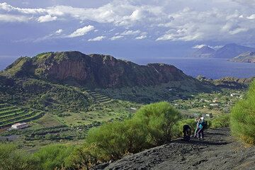 Blick über den westlichen Teil der jungen Kaldera von Vulcano. Die Zwillingsvulkane von Salina sind riechts im Hintergrund.  (Photo: Tom Pfeiffer)