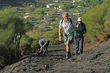 David, Kevin und Chris auf dem Pfad zu den Kratern. (Photo: Tom Pfeiffer)