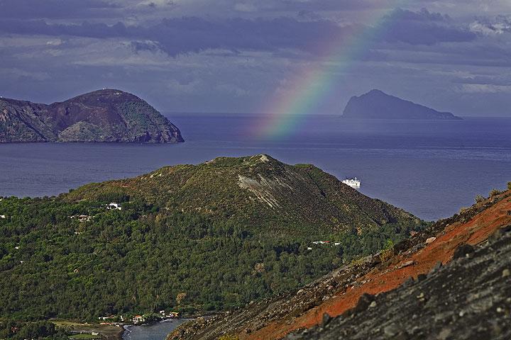 El arco iris todavía está allí sobre Vulcanello, una pequeña isla que apareció en la época romana y más tarde se unió con la isla de Vulcano. (Photo: Tom Pfeiffer)