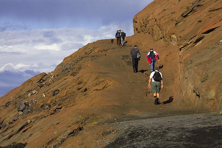 Der letzte Teil des Wegs auf den Krater führt durch rote verwitterte Aschen, denn die schwarze Lage von Asche und Lapille des Ausbruchs von 1888 ist auf den oberen Hängen bereits von Erosion entfernt worden. (Photo: Tom Pfeiffer)