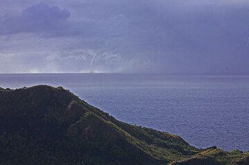 Un surtidor de agua grande ha formado en la tormenta. Tenemos poco tiempo antes de que se pondrá muy húmedo y ventoso aquí! (Photo: Tom Pfeiffer)