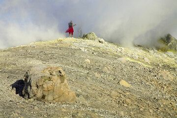A breadcrust bomb in front of the fumarole field on the crater rim. (Photo: Tom Pfeiffer)