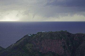 Ve a través de Lentia colina hacia el frente de tormenta, donde lleva a cabo alguna acción bastante preocupante... (Photo: Tom Pfeiffer)