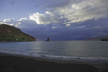 The black sand beach at our hotel on Vulcano. (Photo: Tom Pfeiffer)