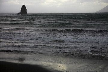 The first strong gushes of wind arrive on the beach. (Photo: Tom Pfeiffer)