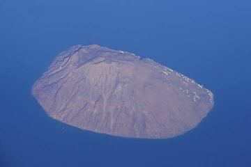 As the plane starts to descend, we pass over Alicudi, the smallest of the inhabited Eolian Islands; its ancient crater on top is well visible. (Photo: Tom Pfeiffer)