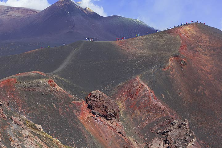 View onto the western crater wall of the 2002 flank cone, the SE crater behind in the background. (Photo: Tom Pfeiffer)