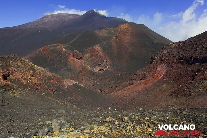 View into the 2002-2003 eruptive fissure of Etna. (Photo: Tom Pfeiffer)