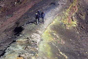 Ein schmaler Grat trennt zwei Krater des Ausbruchskegels, der sich während des Ausbruchs des Ätnas 2002-03 auf der Südseite bildete. (Photo: Tom Pfeiffer)